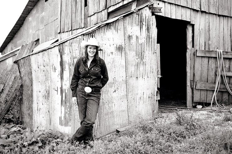 farm senior portraits in east tennessee